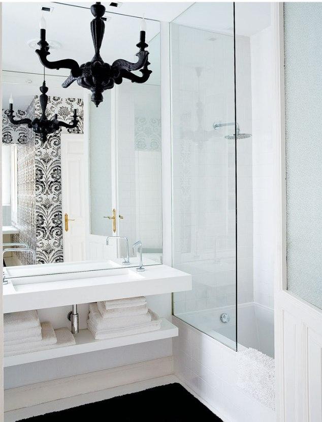 baño con araña techo  negra y papel blanco y negro